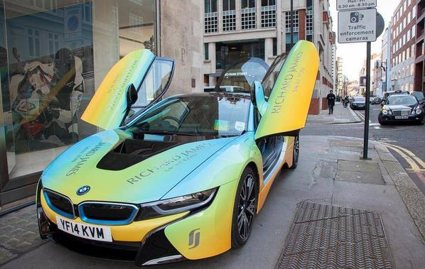Funky ! La BMW i8 fait peau neuve Technicolor grâce au concepteur Richard James de Londres