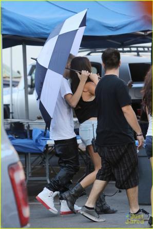 Justin a rendu visite à Selena sur le tournage de son film hier.