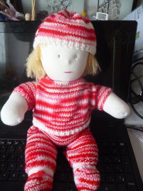 poupée en tissus avec sa tenue au tricot