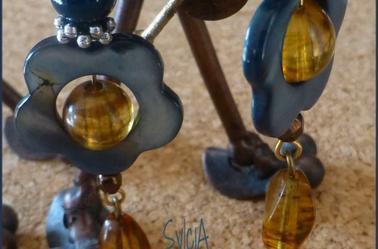 Gocce di miele su Fiori blu