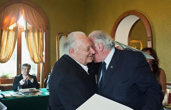 """D'Episcopo premia Franco Pastore per il libro """" OLTRE LE STELLE"""""""