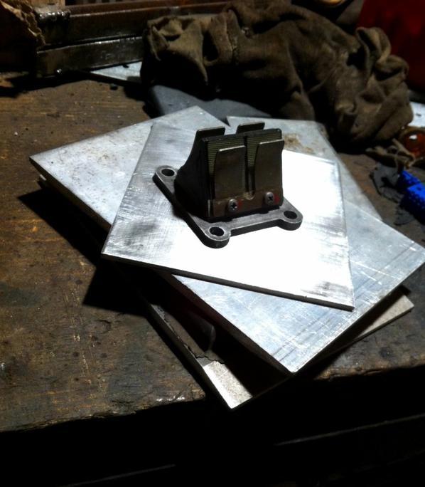 Quelques platines d'alu récupérées au taf pour fabriquer une pipe souple.