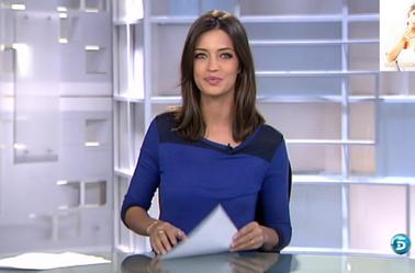 Sara présentant son journal quotidient sur telecinco