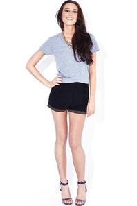 blouse grise avec un short