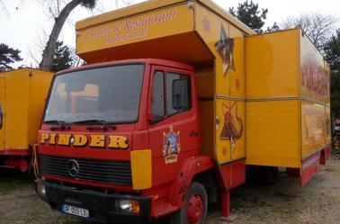 Les camions Mercedes du Cirque Pinder .