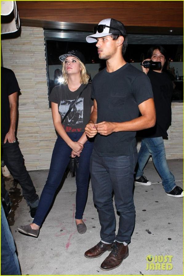 le 9 Août 2012 :Taylor Lautner et Ashley Benson attendre leurs voitures après avoir dîné ensemble à Red O Restaurant mexicain