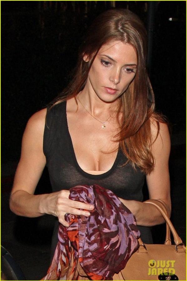 9  Août 2012 Ashley Greene sortant du  Château Marmont