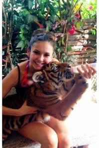 29 Décembre 2012 - Nina se rend en Thaïlande - Et le 31 décembre, Nina a partagé avec ses fans, sur Twitter, qu'elle y a rencontré l'homme de sa vie. Et il s'agit… d'un bébé tigre du Bengale que Nina nourrit au biberon