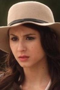 Garde robe de Spencer Hastings, la femme au chapeau.