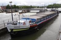 Après un colis exceptionnel (cuve à production de sucre) sur le TORNADO, le retour du transport de bois vers Givet avec le DENNIS parmi les 15 bateaux de ce lundi 12 mai 2014...