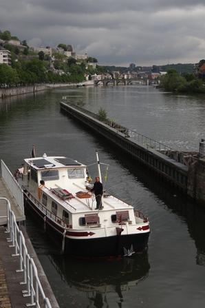 TOMMA (D) 1910 (NL) vers le canal des Ardennes pour rejoindre la capitale française...Et  VRIJ (NL) 1898, parmi les bateaux de la pause matinale du 13 mai 2014