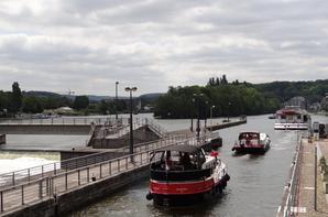 Le bateau de croisière hollandais ANDANTE à destination de Dinant & le plaisancier belge TULA vers le canal de la Meuse, parmi les bateaux de ce 15 mai 2014.