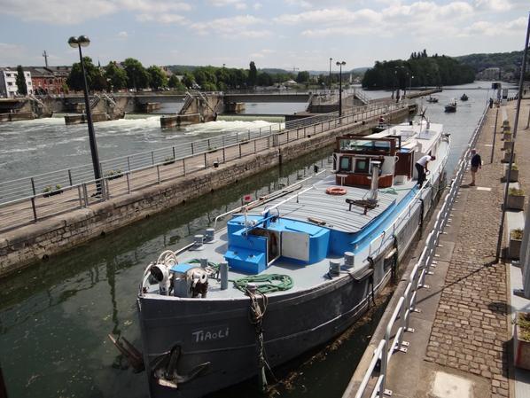 Le TIAOLI (F-PA) arrive sur Namur à destination du chantier naval de Beez, après le passage de 224 écluses depuis Dijon - Le DUSAMA (NL) coulé en Meuse française à Fépin! -  Le 21è. Défilé Vénitien dans le cadre de Namur en Mai, c'est ce samedi à 22h ...  ;)