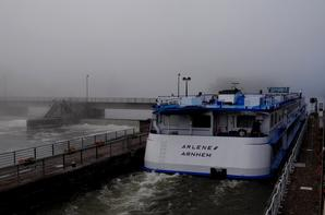 Après une halte namuroise, le passager prioritaire ARLENE (92,00m.x 10,50m.) prend la première à LA PLANTE à destination de Dinant (retour ce samedi 2 aôut)