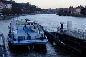 Oui, la Haute-Meuse est tourjours navigable, avec 3 bateaux ce 14 janvier 2015. Moins bien qu'à l'aval du confluent avec ses (+-) 35 bateaux par jour, en cette période, mais ne nous plaignons pas!