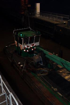 Retour au régime normal pour la navigation sur la Haute-Meuse - QUERIDA est de retour de Givet avec 1200t. de colza pour Gand. HENNY (30 m. de 1930) arrive de Rotterdam, acquis par un entrepreneur de Saint-Jean-de-Losne, il poursuivra son voyage vers le canal du Midi et ses arbres...