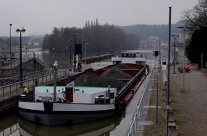 BRIZO chargé de 1487t. d'orge depuis Givet vers Anvers - TRIO 3 piloté par un convoyeur de la Haute-Marne arrive de Hollande pour rejoindre Sête, ballasté comme il se doit pour ce long voyage...