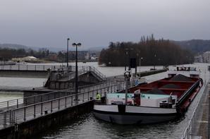 LOMA est de retour de Château-Porcien avec 240t d'orge pour Lieshout. 1er.de l'année à se risquer sur le Canal des Ardennes à l'enfoncement d'1,80 m. (max.admis 1,90 m.) et ça touche!