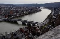 Entre les nuages et notre Grognon, la tortue de Jan fabre...  Et  VOYE DO CIR avalant haute-Meuse  ;)