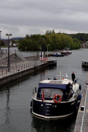 En cette veille du 1er mai, la croisière s'amuse à bord du CARPE DIEM  ;)   Mais la flottille du tourisme fluvial namurois ne rajeunit pas!