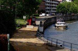 Après l'amont, c'est l'aval du site de l'écluse qui est inaccessible... Le passage du public se fait uniquement sur la passerelle des vantaux amonts, depuis et vers le parc de La Plante!  ;)