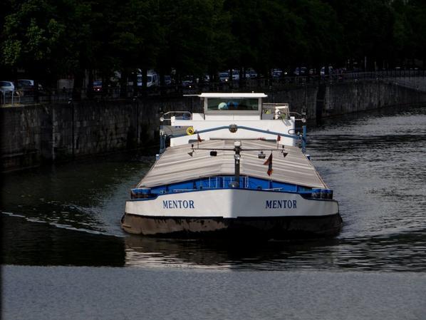 MENTOR montant à 2,42m. avec 1234t. d'engrais, depuis Moerbeke vers Givet, profite du rétablissement anticipé de la flottaison. Hélas, il devra limiter son chargement de ferraille (à 2,00m.) pour son retour, prévu le jeudi 28 mai, où attendre le 29! (voir l'avis n°93 du 19/5/2015!)