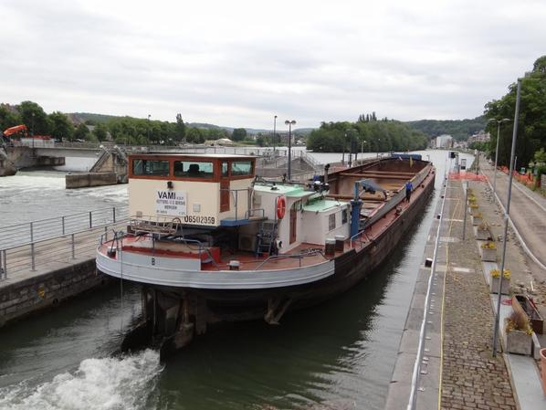 Mouvement d'eau dans le bief plantois pour une nouvelle tentative de renflouage de la capitainerie d'Amée et prolongation de service pour libérer les bateaux retenus...