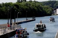 Les dimanches sont toujours réservés à la plaisance à l'amont de Namur, malgré un accord ministériel de 2012 pour l'ouverture à la navigation marchande. (La demande des utilisateurs est moins conséquente que celle de certains représentants syndicaux!) - Après les pêcheurs le 1er samedi de juin, c'est au tour des amateurs de grande vitesse avec l'ouverture des pistes ce dimanche 7 juin  ;)