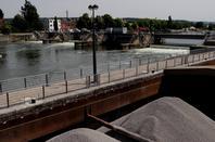 """Le batardeau """"Fabricom"""" passe du 2 au 3è.pertuis pour la dernière phase des travaux de rénovation des vérins de vannes et hausses de notre barrage"""