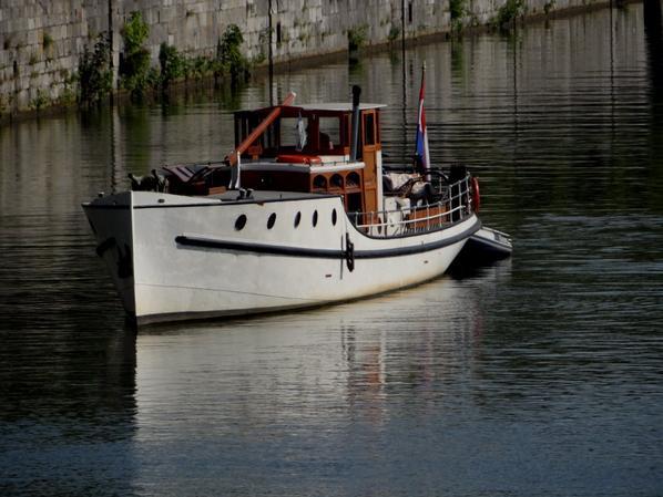 """Deux belles rencontres parmi les navigateurs du jour, le bel """"ADELAAR"""" (NL) de 1922  et les amis du KAIROS (F) qui depuis la Hollande rejoignent Sète, après une halte namuroise pour visiter la citadelle avec leurs hôtes du moment  ;)"""
