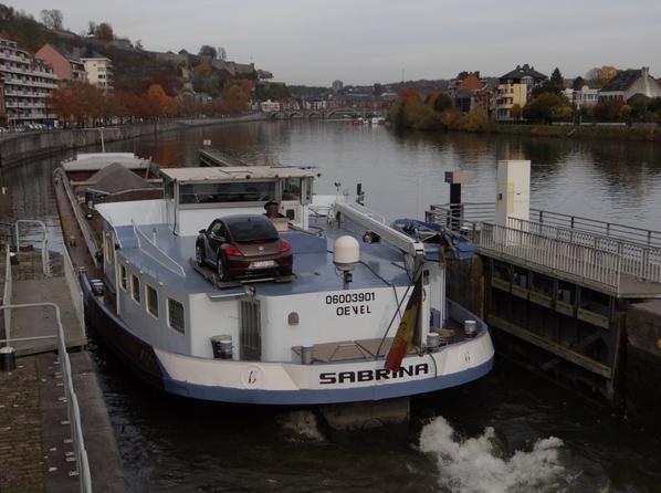 """SABRINA , notre plus gros tonnage chargé (+ de 1600t.) quitte la Haute-Meuse depuis Sagrex-Lustin  - Le pousseur JACKY et le ponton """"Port de Beez"""" reviennent d'Hastière où la nouvelle centrale hydroélectrique a pris place. Celle de Waulsort devrait arriver bientôt!"""