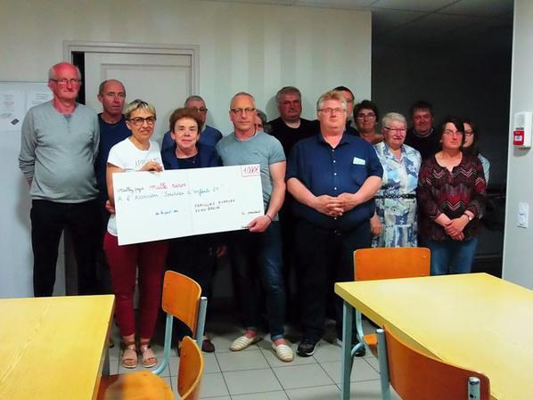 """remise d'un chèque de 1000 euros à l'association """"sourires d'enfants 61"""", le vendredi 20 avril"""