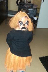 Et  voila ma fille deguiser en citrouille jolie non?