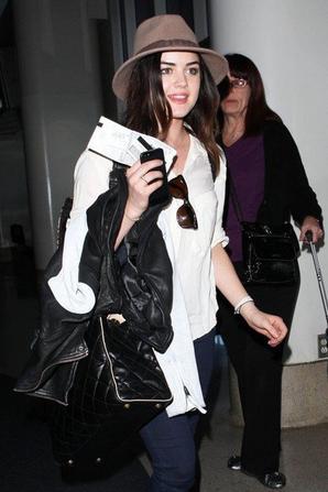 16/01/13 - Lax, aéroport de Los Angeles, Lucy s'apprête à embarquer. .