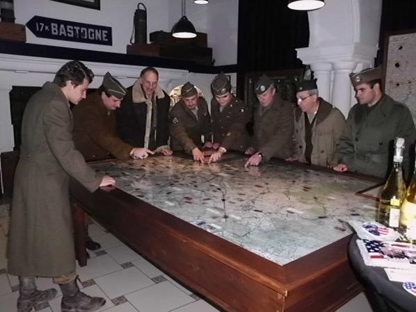 Helen Patton signant le parrainage du groupe Bastogne 2015