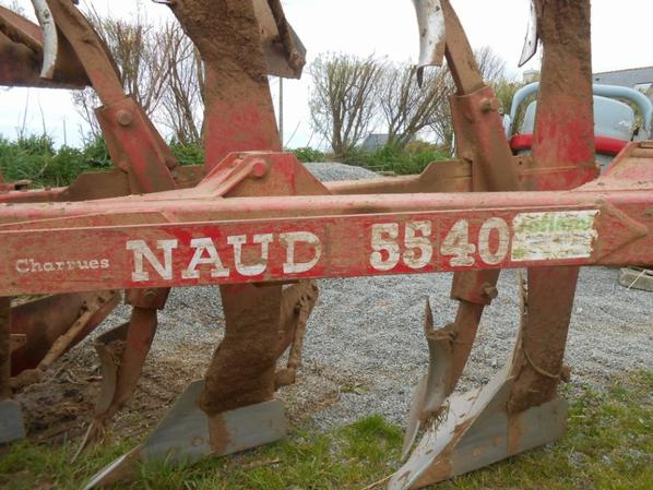 Mon Valtra m 120 et charrue Naud 5540