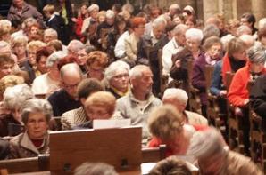Église comble avec les Petits Chanteurs à la croix de bois