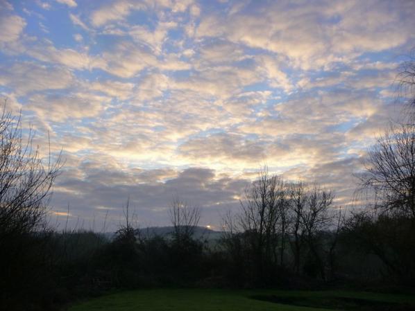 pas facile pour le soleil  de se faire une place ce matin à travers les nuages