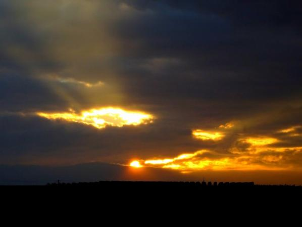 apparition du soleil ce soir juste avant d'être cachés par de gros nuages gris
