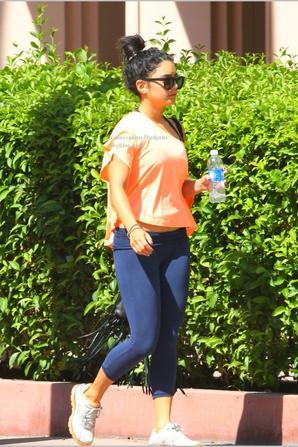 """21/08/12 Vanessa à était repéré se dirigeant vers une salle de gym, dans Los Angeles (Californie). Sur les photos, nous constatons que Vanessa garde profil bas. _ _ _ _ _ _ _ _ _ _ _ _ _ _ _ _ _ _ _ _ _ _ _ _ _ _ _ _ _ _   ¤  Niveau tenue : La jeune actrice portait un tee-shirt avec les inscriptions suivantes: """"trouver la bête""""; et se cachait derrière une casquette de couleur verte portant l'inscription: """"Faith"""". Le tout accompagné d'un short aux couleurs bordeau et blanche; ainsi que de son éternel sac noir Chanel. Personnellement j'accorde un gros flop pour cette tenue! Je n'aime pas du tout et je trouve que cela ne s'accorde pas. C'est effectivement une tenue de sport, mais elle à déjà fait mieux. Et vous, qu'en pensez-vous?"""