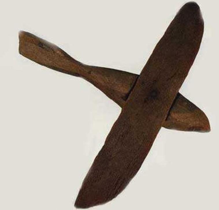 نموذج الطائرة الفرعونية التي تم العثور عليها في مقبرة فرعونية