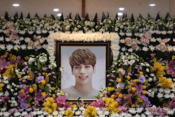 Jonghyun (décèder le 18 décembre 2017 à l'âge de 27)