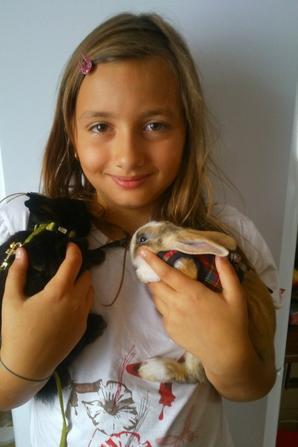 ma petite fille avec ses lapins océane et anais