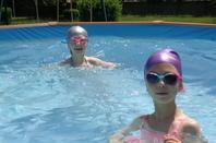 petites et lola lol a la piscine a la maison  ( juin), l'eau a 29 degrés