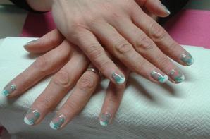deco turquoise sur ongles naturels