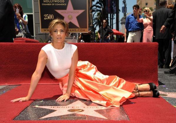 Jennifer Lopez recevant la 2500e étoile du Hollywood Walk of Fame le 20 juin 2013