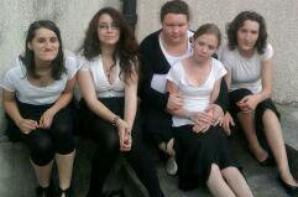 6 personnes lors d'une choral