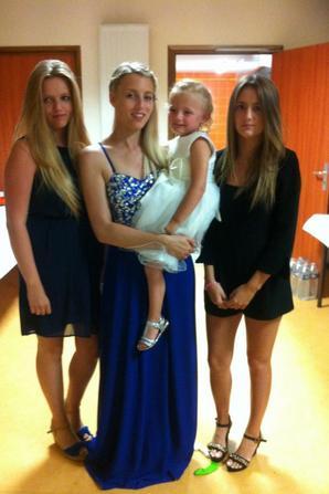 bonjour voila les fiances moi ma fille et ma petite fille et mes 4 petites filles