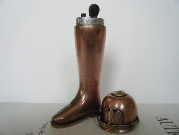 briquet en cuivre rouge dans une botte Allemande