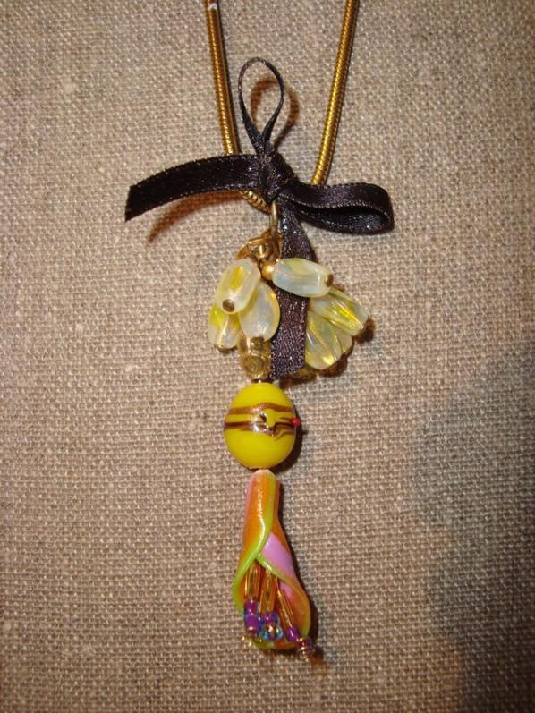 Pendentif méli mélo de jaune et fleur arc en ciel
